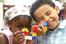 joie jeu mixité petite fille black et petit garçon métisse jeu du cube crèche innoncence enfance heureuse